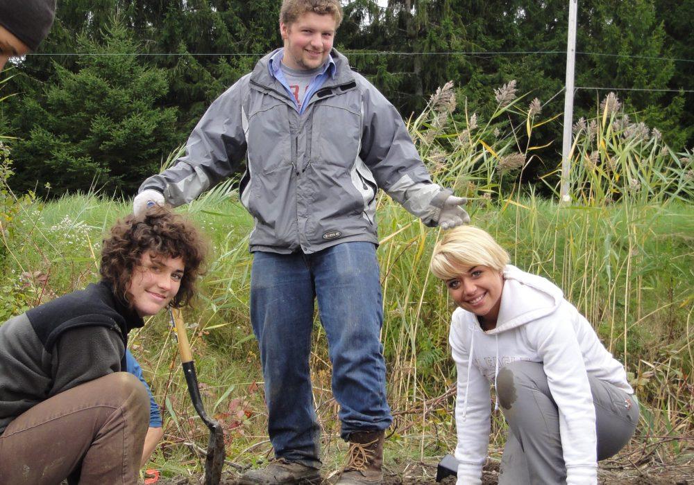 Plantation avec des étudiants en bioécologie du CEGEP de Sherbrooke à la ferme Croque Saison