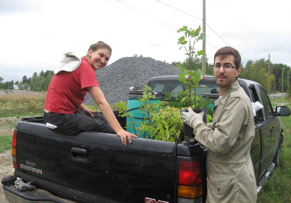 Sarah-Claude Bergeron Lafontaine et François Lauzon à une plantation près du boulevard René Lévesque à Sherbrooke