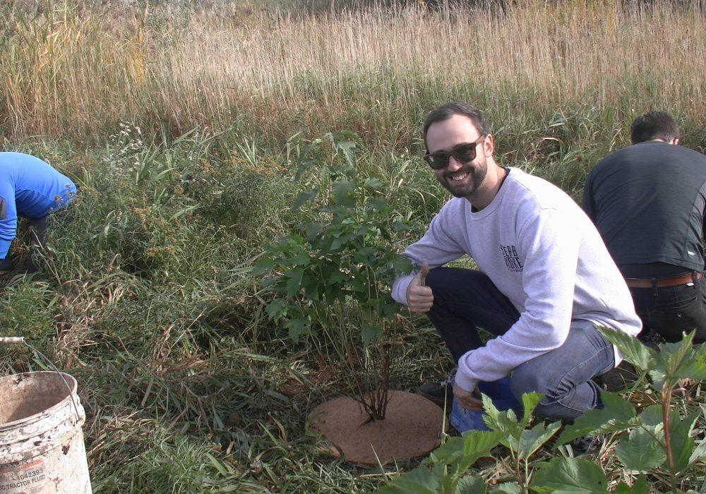 Bénévole de l'entreprise BRP de Sherbrooke lors d'une plantation près du boulevard René Lévesque à Sherbrooke