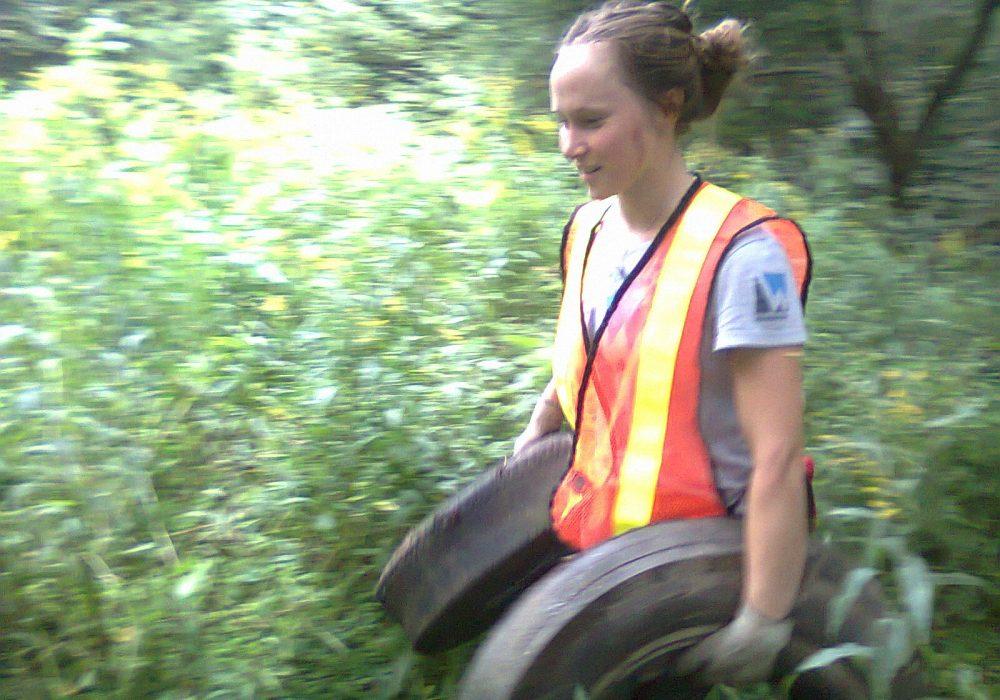 Rivière Moe, Compton, 2011, avec Laurence Lacoste-Guyon, coordonnatrice des activités de nettoyage