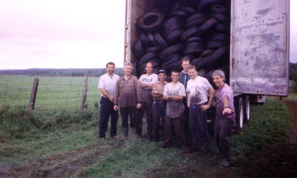 Ruisseau Key, Sherbrooke, 1999. Environ 5000 pneus de ramassés. Avec Robert Léo Gendron (à droite), coordonnateur des activités de nettoyage